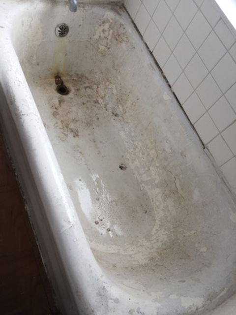image of dirty bath tub before refinishing